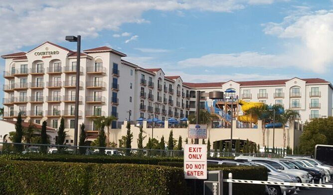 Image of the Courtyard Marriott hotel Anaheim across from Disneyland